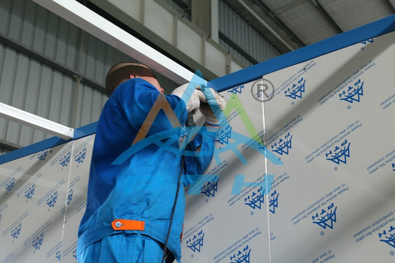 assembling container house2.jpg